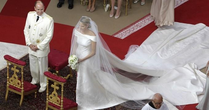 cest 17h que la princesse charlne de monaco a foul le tapis rouge au bras de son pre dans sa sublime robe armani en soie duchesse blanc cass - Costume Mariage Blanc Cass