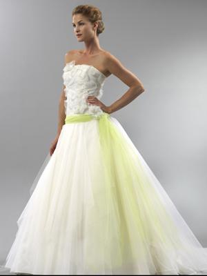 Robe de mariee blanche et vert anis