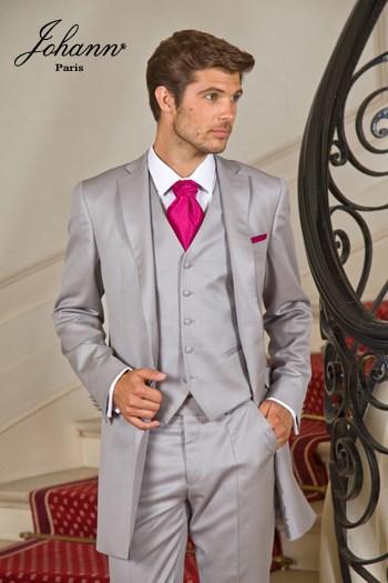 """Johann, Costume redingote en laine extra-fine gris perle, accessoires """"wine"""". En prêt-à-porter ou sur mesure. Se retaille en costume classique."""