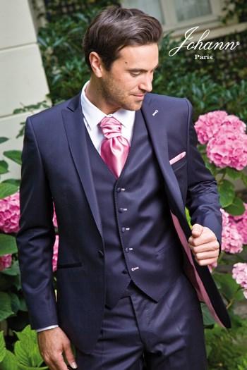"""Johann, Costume 3 pièces en laine extra-fine marine satin, finitions et accessoires """"rose"""". En prêt-à-porter ou sur mesure."""