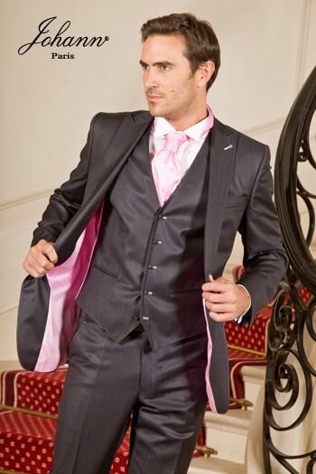 """Johann, Costume 3 pièces en laine extra-fine noir satin, finitions et accessoires """"rose"""". Sur mesure."""