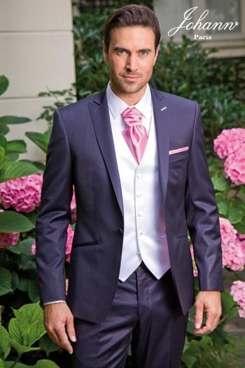 """Johann, Costume en laine extra-fine marine satin, finitions et accessoires """"rose"""". En prêt-à-porter ou sur mesure."""