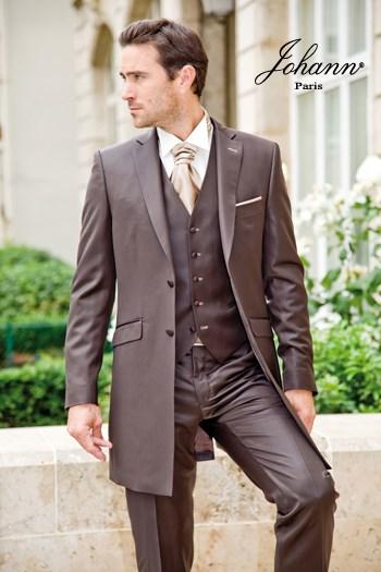 """Johann, Costume redingote 3 pièces en laine extra-fine chocolat satin, finitions et accessoires """"fawn"""". En prêt-à-porter ou sur mesure. Se retaille en costume classique"""