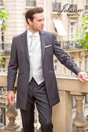 """Johann, Costume redingote en laine extra-fine anthracite satin, finitions et accessoires """"silver"""". En prêt-à-porter ou sur mesure. Se retaille en costume classique"""