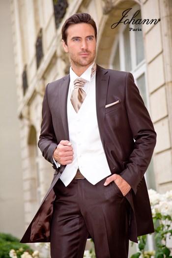 """Johann, Costume redingote en laine extra-fine chocolat, accessoires """"ivoire"""" et """"fawn"""". En prêt-à-porter ou sur mesure. Se retaille en costume classique"""
