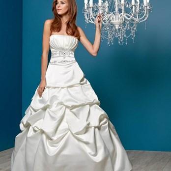 b06e9eb02aea4 Découvrez la variété de nos robes de cérémonie   robe de mariée, robe  cocktail, robe de soirée ou robe bustier combleront la mariée et ses ...